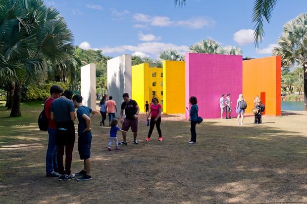 Visitantes curtem o Instituto Inhotim durante as férias de verão (Foto: William Gomes)