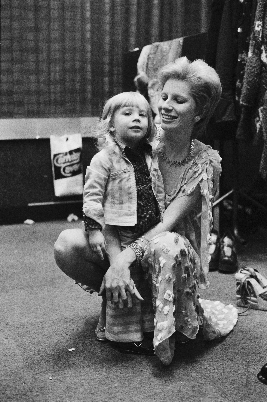 Duncan com a mãe, Angie Bowie, em 1973 (Foto: Getty Imagez / Terry O'Neill)