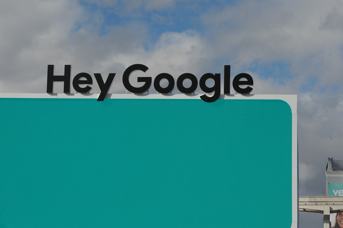 """06 January 2019, US, Las Vegas: The lettering """"Hey Google"""" - the alarm word for the language assistant of the Internet group - can be seen at the technology fair CES in Las Vegas. Photo: Andrej Sokolow/dpa (Photo by Andrej Sokolow/picture alliance via Get (Foto: picture alliance via Getty Image)"""
