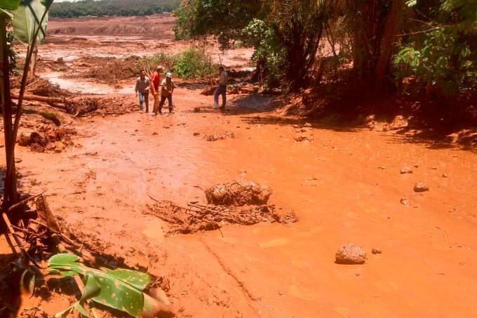 Barragem se rompe e lama invade Brumadinho, na Grande BH