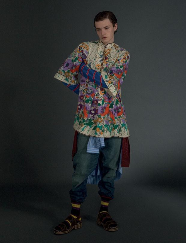 Vestido R$ 11.140 e Camisa listrada R$ 2.620 Gucci | Tricô Tommy Hilfiger R$ 288 | Calça Polo Ralph Lauren R$ 1.030 | Camisa Xadrez Ricardo Almeida R$ 615 | Meias Cotton On R$ 30,90 (Foto: Gabriela Schmidt)