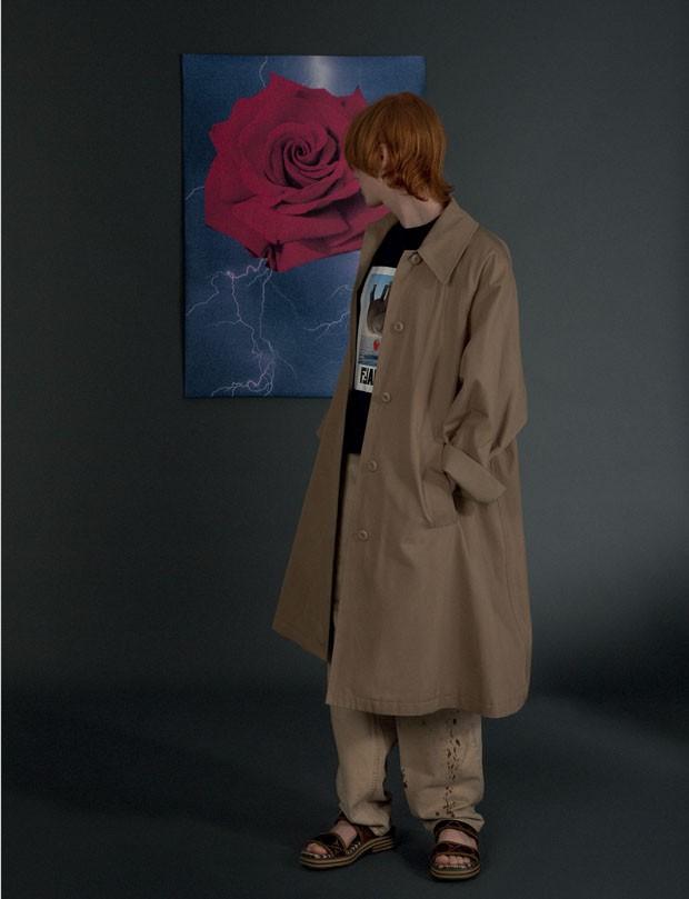 Casaco Maison Margiela R$ 3.890 na Conceito Ê | Camiseta Fendi R$ 2.600 | Calça B.luxo R$ 420 (Foto: Gabriela Schmidt)