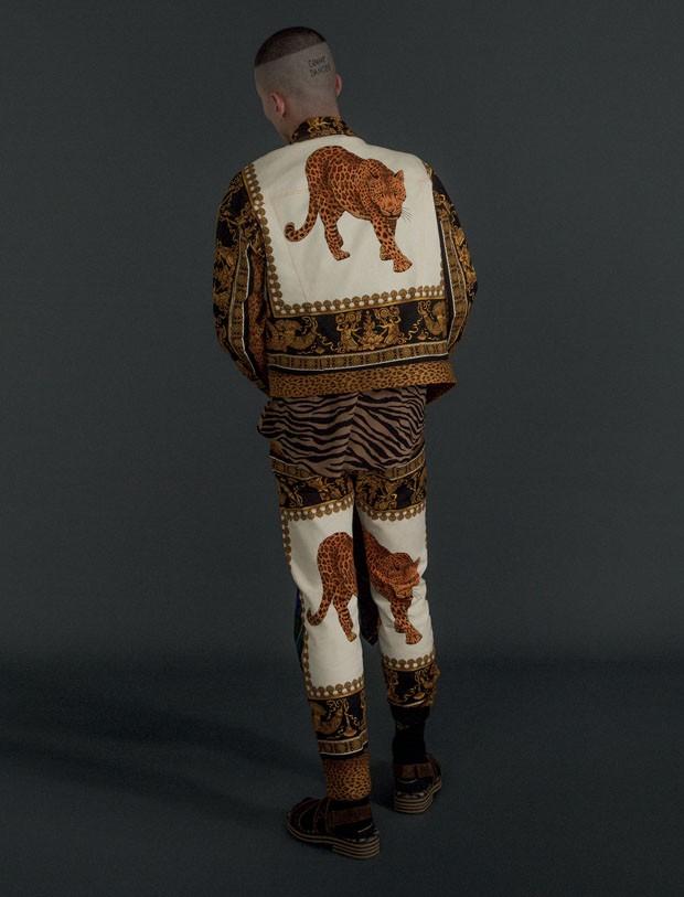 Jaqueta R$ 9.600 e calça R$ 7.920 Versace | Camisa Bottega Veneta R$ 2.590 | Meias Cotton On R$ 39.90 (Foto: Gabriela Schmidt)