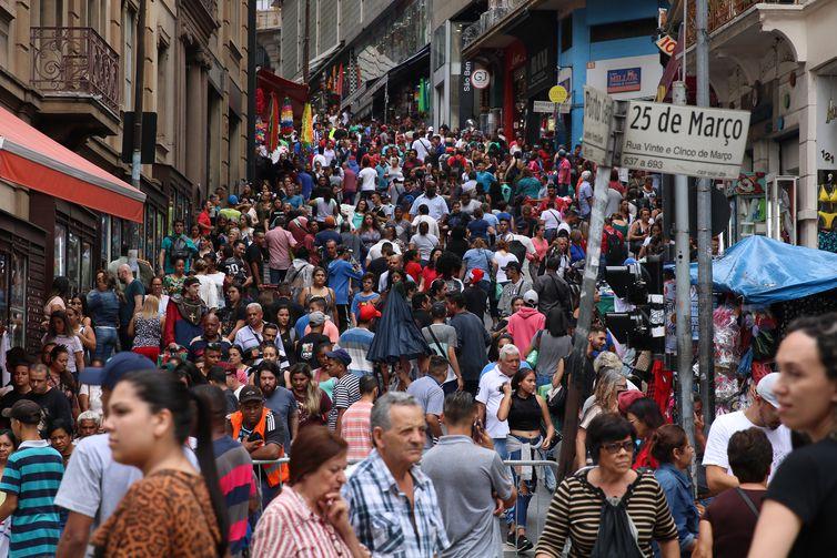 Movimento do comércio popular na 25 de Março no mês do Natal.